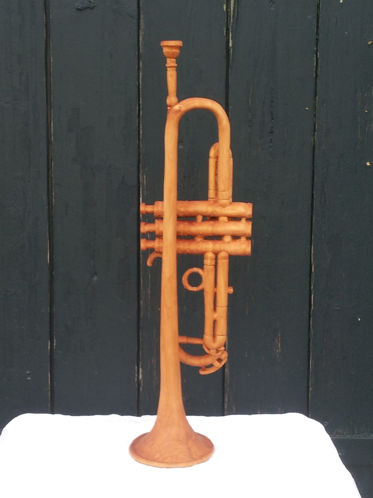 Billedskærer, trompet skåret i træ